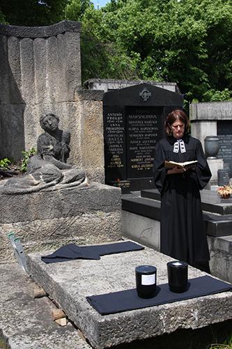 Evangelický pohřeb na Vinohradském hřbitově v Praze dvou uren s ostatky dětí zemřelých před narozením do Tobití hrobky