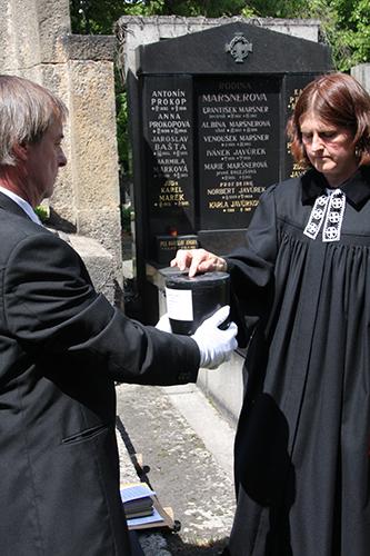 Žehnání urny s popelem dítěte zemřelého před narozením