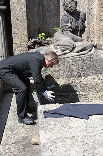 Obřadní ukládání urny s popelem plodu po potratu do Tobití hrobky