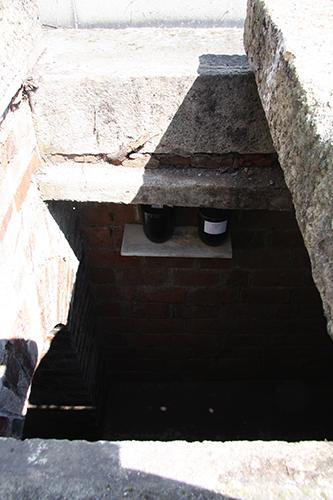 Dvě urny s popelem dětí zemřelých před narozením uloženy v Tobití hrobce